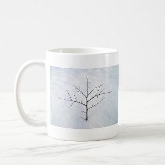 Árbol solo secado de la rama en un paisaje nevoso taza