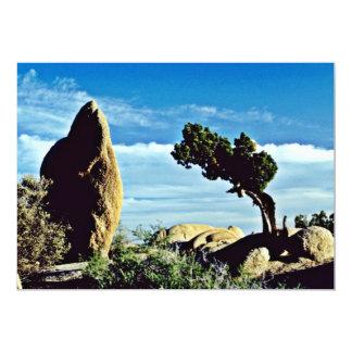 Árbol torcido entre formaciones de roca invitaciones personales