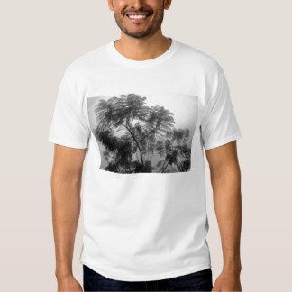 Árbol tropical blanco y negro en niebla polera