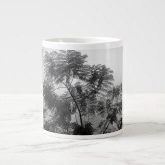 Árbol tropical blanco y negro en niebla taza grande
