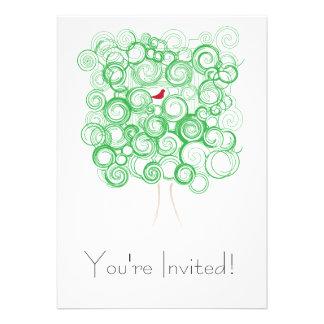 Árbol verde con la invitación roja del pájaro