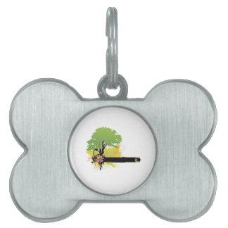 Árbol verde de la licencia al lado de la barra neg placa de mascota