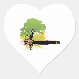 Árbol verde de la licencia al lado de la barra pegatina en forma de corazón
