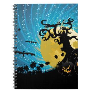 Árbol y calabazas de Halloween Spiral Notebook