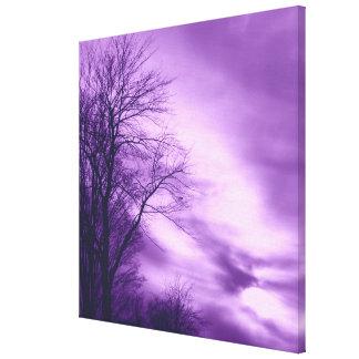 Árbol y cielo del invierno en lona envuelta púrpur impresión en lienzo estirada