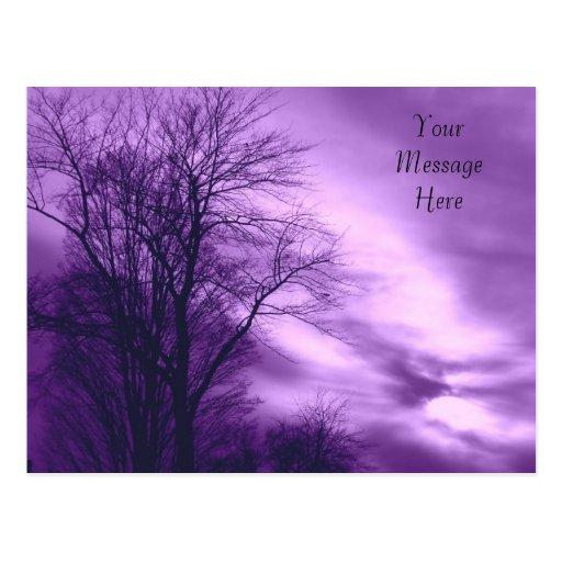Árbol y cielo del invierno en postal púrpura del *