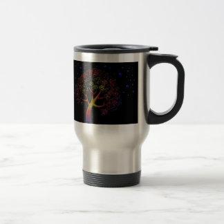 Árbol y estrellas de la flor en la noche taza de café