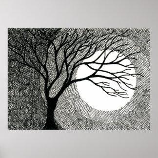Árbol y luna del invierno en blanco y negro póster