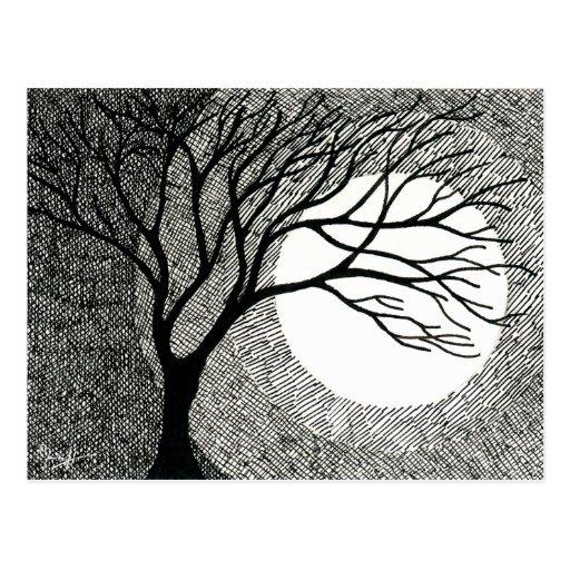 Árbol y luna del invierno en blanco y negro postal