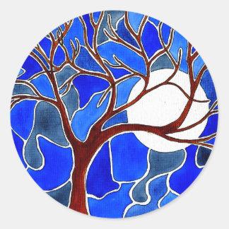 Árbol y luna en la lona - azul pegatina redonda