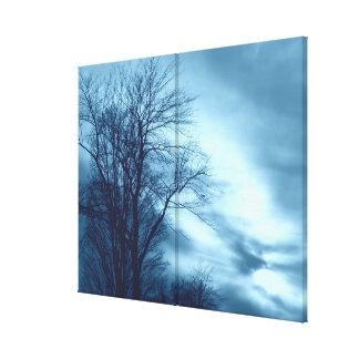 Árbol y nubes del invierno en azul en lona envuelt impresiones en lona