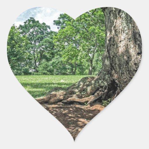 Árbol y raíces antiguos pegatina en forma de corazón