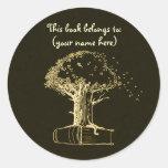 Árbol y un libro, amarillo oscuro pegatinas redondas