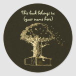 Árbol y un libro, amarillo oscuro pegatina redonda