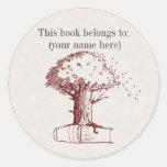 Árbol y un libro pegatina redonda