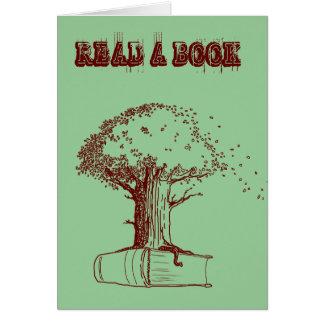 Árbol y un libro tarjeta