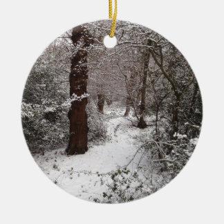 Arbolado antiguo nevado adorno navideño redondo de cerámica