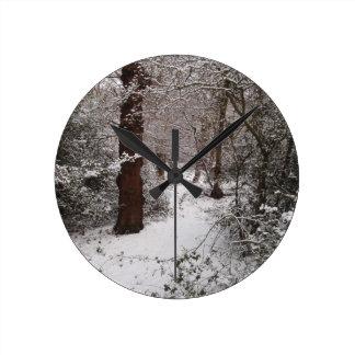 Arbolado antiguo nevado reloj redondo mediano