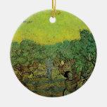 Arboleda verde oliva con las figuras de la cosecha ornamento de reyes magos