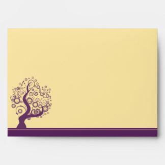 Árboles abstractos púrpuras en sobre amarillo