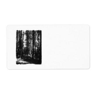 Árboles altos en blanco y negro. etiqueta de envío