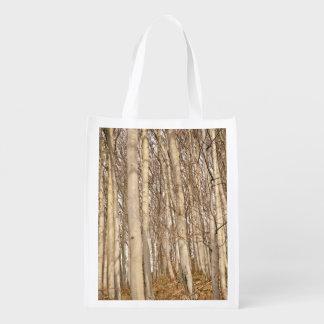 Árboles altos en bosque bolsa reutilizable
