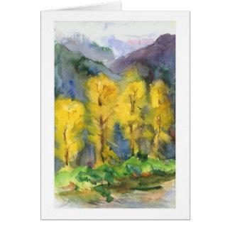 Árboles amarillos y montañas tempestuosas tarjeta de felicitación