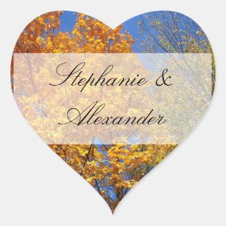 Árboles coloridos del otoño pegatina en forma de corazón