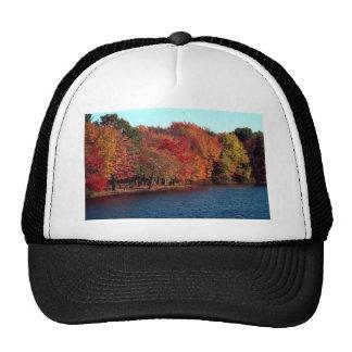 Árboles coloridos por un lago, Nueva Inglaterra Gorras De Camionero