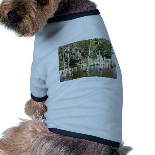 Árboles con el musgo español, creciendo en agua camiseta de mascota