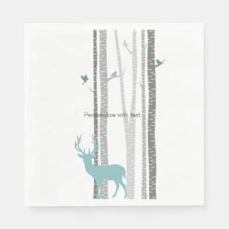 Árboles de abedul blanco con los ciervos y los servilleta desechable