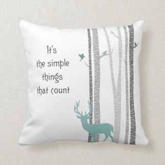Árboles de abedul con cuenta simple de las cosas d almohadas