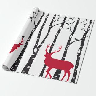 Árboles de abedul con el navidad rojo ciervos y papel de regalo