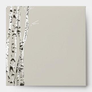 Árboles de abedul elegantes que casan el sobre