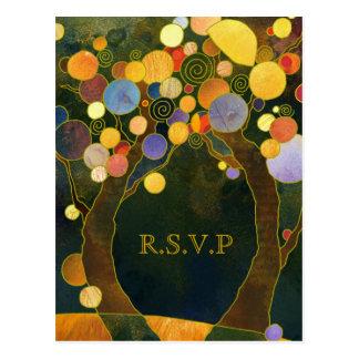 Árboles de amor coloridos que casan la respuesta postal