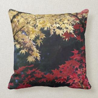 Árboles de arce en color del otoño almohada