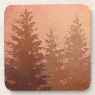 Árboles de cedro de niebla en colores calientes posavasos de bebidas