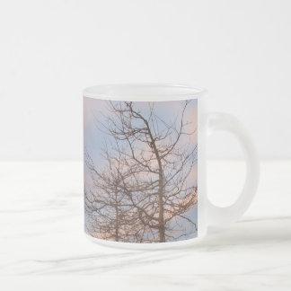 Árboles de la puesta del sol en invierno tazas de café