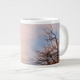 Árboles de la puesta del sol en invierno tazas jumbo