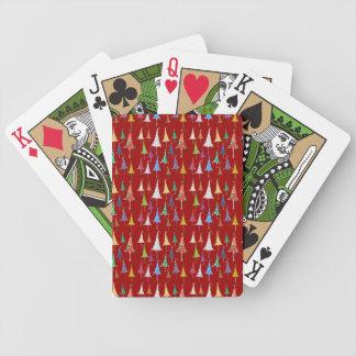 Árboles de navidad banales en tarjetas rojas del j baraja