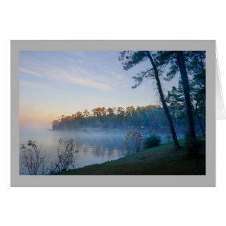 Árboles de pino brumosos del lago dawn del paisaje tarjeta de felicitación