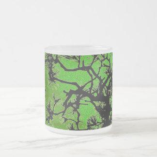 Árboles de pino, con colores frescos del té verde taza