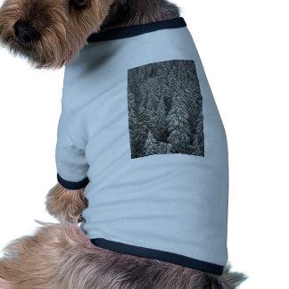 Árboles de pino nevados ropa macota