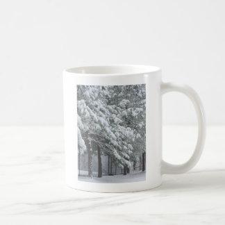 árboles de pino nevosos tazas