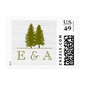 Árboles de pino rústicos elegantes en el fondo de sello postal