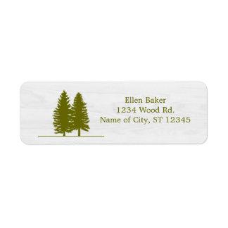 Árboles de pino rústicos en el fondo de madera etiqueta de remitente