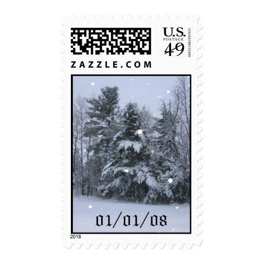 Árboles de pino y nieve que cae timbres postales