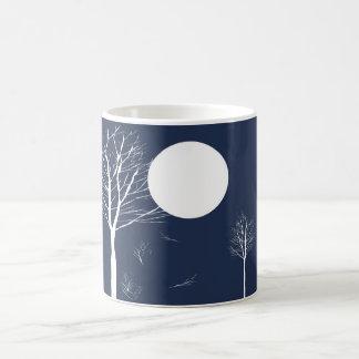 Árboles debajo de las tazas de la luna