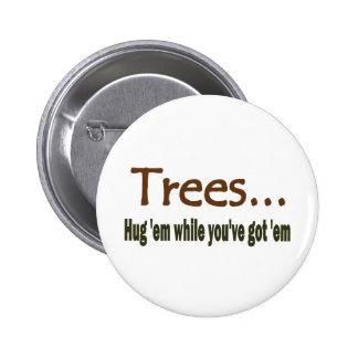 Árboles del abrazo pin redondo de 2 pulgadas