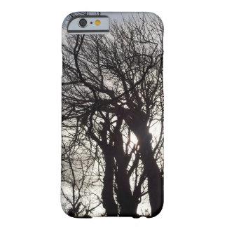 Árboles del invierno a lo largo de un carril funda para iPhone 6 barely there